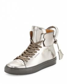 10 อันดับรองเท้าผ้าใบสีเงินสวยล้ำทันสมัย
